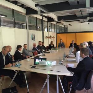 Vertreterinnen und Vertreter aus Wirtschaft, Verwaltung und Bildungseinrichtungen diskutierten auf Einladung von Josha Frey Chancen und Herausforderung der Ausbildung internationaler Jugendlicher im Kreis Lörrach.